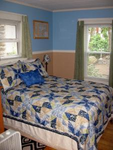 A bed or beds in a room at Lakeside Getaway