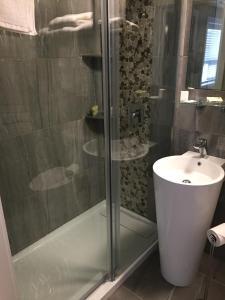 A bathroom at Wigles Motel
