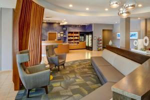 The lobby or reception area at SpringHill Suites St. Louis Brentwood