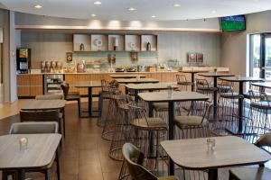 A restaurant or other place to eat at SpringHill Suites St. Louis Brentwood