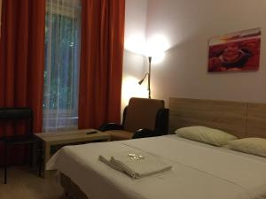 Кровать или кровати в номере Hotel Turist na Soldatskoi