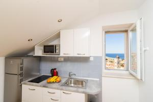 A kitchen or kitchenette at Sea View Studio Positive Place
