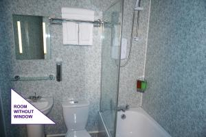 A bathroom at Accommodation London Bridge