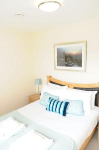 A bed or beds in a room at Your Stay Bristol Cotham Lawn