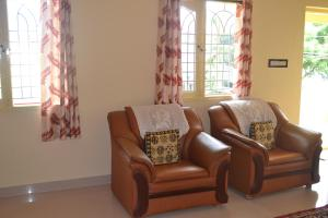 A seating area at Manasvini Homestay-A home in Mysore with scenic view