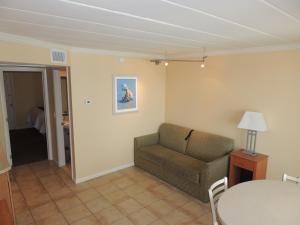 A seating area at Fleur de Lis Beach Motel