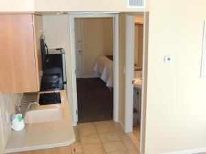 A bathroom at Fleur de Lis Beach Motel
