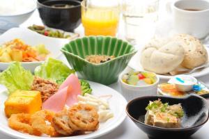 ビジネスホテルの敷地内または近くでの食事または食べ物