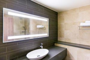 A bathroom at Mercure Dartford Brands Hatch Hotel & Spa