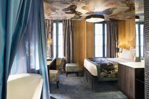 A bathroom at Hôtel Le Bellechasse Saint-Germain