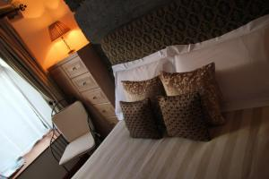 A bed or beds in a room at Yr Hen Fecws
