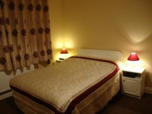A bed or beds in a room at Shanagarry Bed & Breakfast.