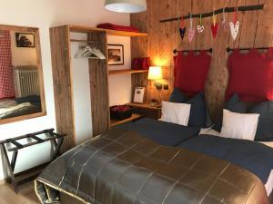 Кровать или кровати в номере Hotel Garni Haus Alpine