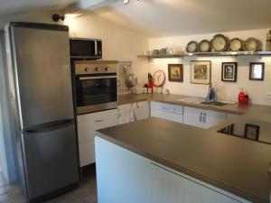 A kitchen or kitchenette at La Petite Roche