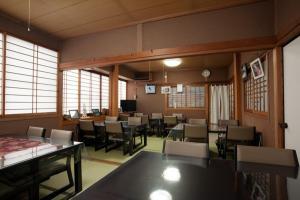 A restaurant or other place to eat at Wakasagi No Yado