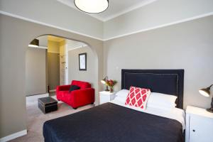 A bed or beds in a room at Katoomba Hotel