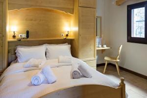 A bed or beds in a room at Alpine Aria