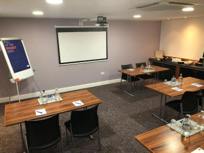 Holiday Inn Express LONDON GATWICK - CRAWLEY - Laterooms