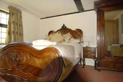 Cleavers Lyng 16th Century Country House - Laterooms
