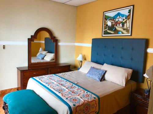 A bed or beds in a room at Hotel Villa del Lago