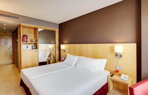 A bed or beds in a room at Hotel Sercotel Portales