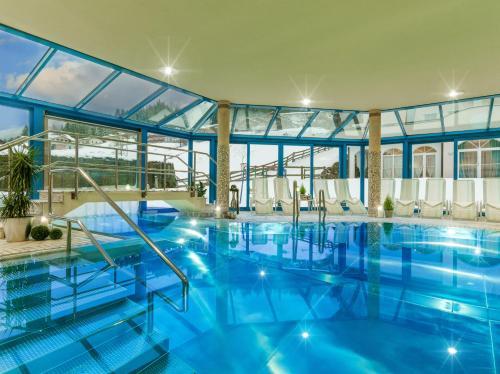 Der Swimmingpool an oder in der Nähe von Hotel Vierjahreszeiten
