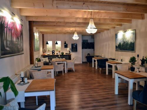 Ein Restaurant oder anderes Speiselokal in der Unterkunft Pension am Birkensee