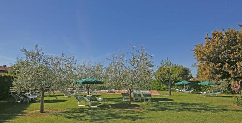 A garden outside Residence Il Melograno