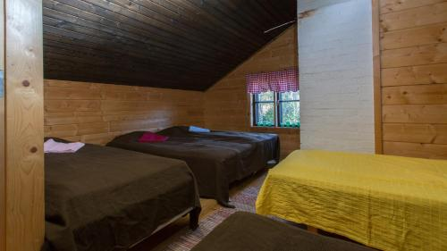 A bed or beds in a room at Riihipiilo