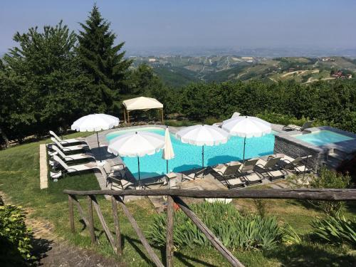 Vista sulla piscina di All'ombra del Pero o su una piscina nei dintorni