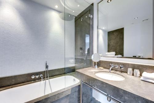 A bathroom at Le A
