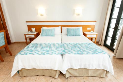A bed or beds in a room at Globales Pueblo Andaluz
