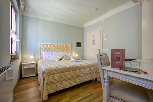 A bed or beds in a room at Hotel Volterra In
