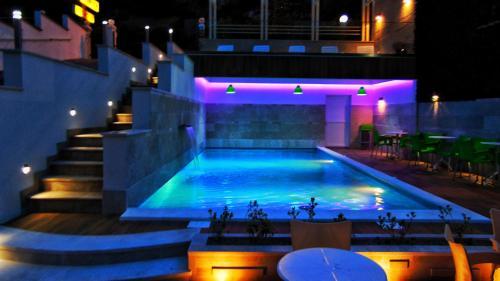 Бассейн в Hotel Villa Nadin или поблизости