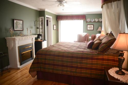 A bed or beds in a room at Côté's Bed & Breakfast