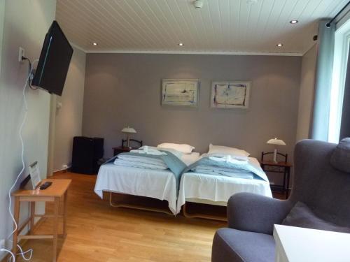 A bed or beds in a room at Rjukan Gjestegaard