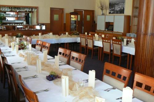 Restoran või mõni muu söögikoht majutusasutuses Hotel Zelený Strom