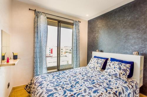 سرير أو أسرّة في غرفة في Appartement Mogador CASABLANCA