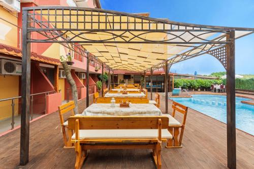 A restaurant or other place to eat at Akladi Family Hotel