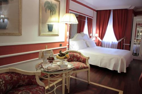 A bed or beds in a room at Palazzo Alabardieri