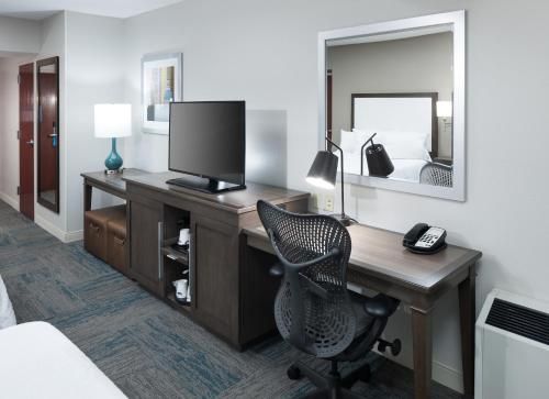 A television and/or entertainment center at Hampton Inn St Louis- at the Arch