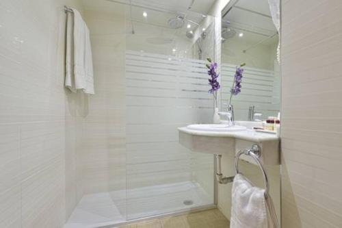 A bathroom at Apartamentos Don Gustavo