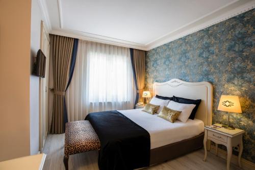 Кровать или кровати в номере Raymond Hotel