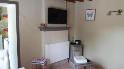 A television and/or entertainment centre at Le Petit Papillon