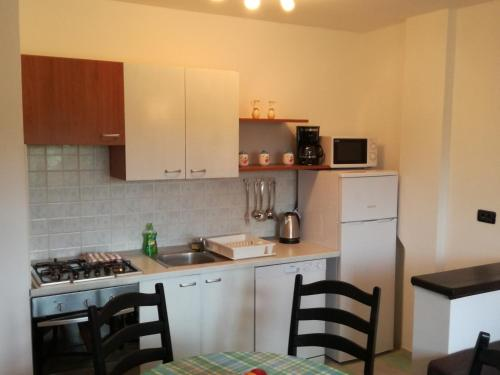 A kitchen or kitchenette at Apartment Rojnic