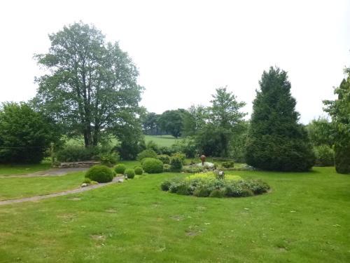 Ein Garten an der Unterkunft Ferienhaus am Wald, Wohnung 2