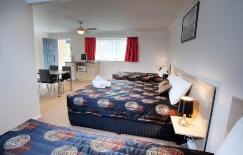 A bed or beds in a room at High Street Motor Inn