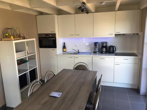 Cuisine ou kitchenette dans l'établissement Vissershuisjes Wenduine