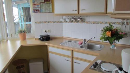 Küche/Küchenzeile in der Unterkunft Hafenblick-City Apartment Husum