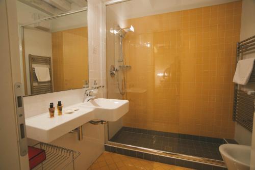 A bathroom at Relais Santa Corona